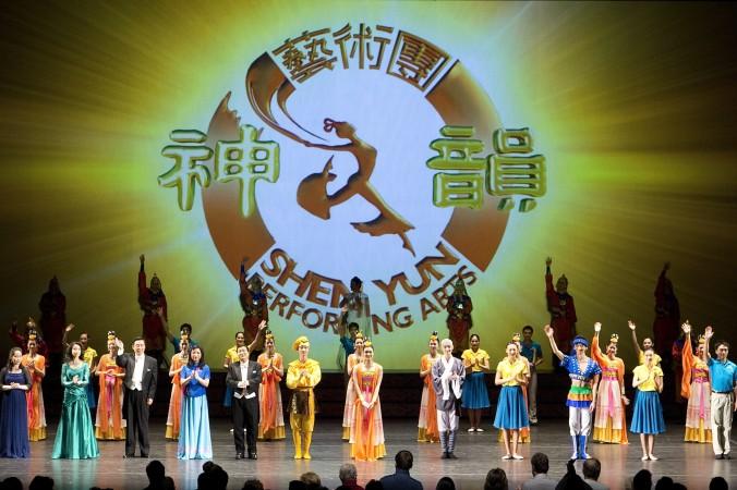 Артисты Shen Yun Performing Arts  в конце представления  в Национальном центре искусств Оттавы 3 января 2014 г. В Фото: Evan Ning/Epoch Times