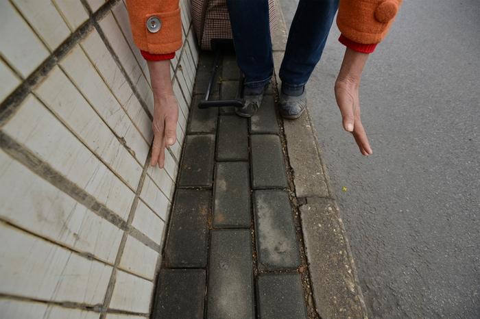 Китайские блогеры раскритиковали слишком узкий тротуар, по которому неудобно и небезопасно ходить. Город Наньнин. Декабрь 2014 года. Фото с epochtimes.com