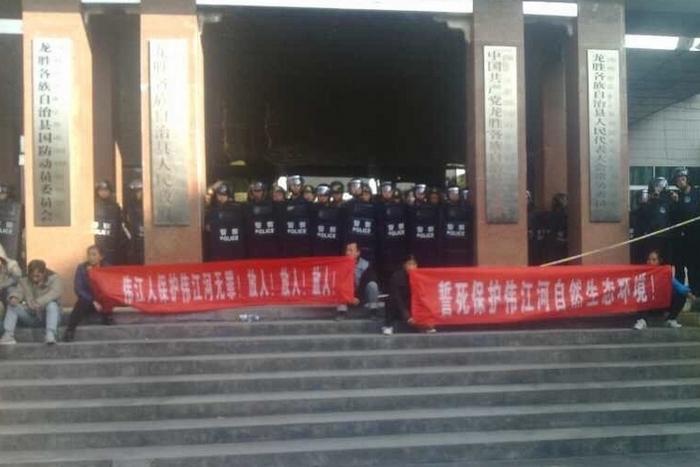 Во время протеста крестьян против строительства электростанции. Деревня Вэйцзян района Гуанси. Декабрь 2014 года. Фото с epochtimes.com
