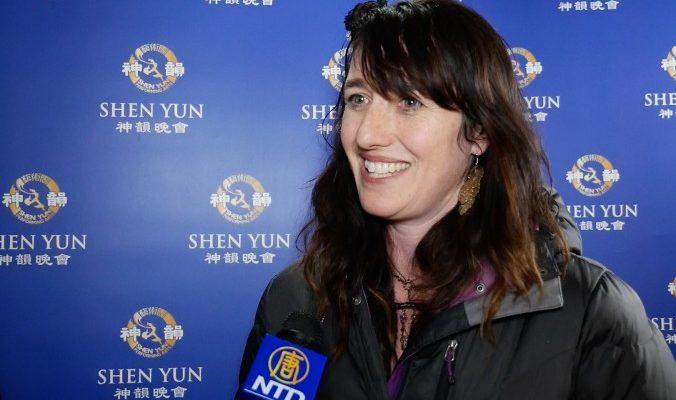 Дизайнер высоко оценила небесные костюмы Shen Yun