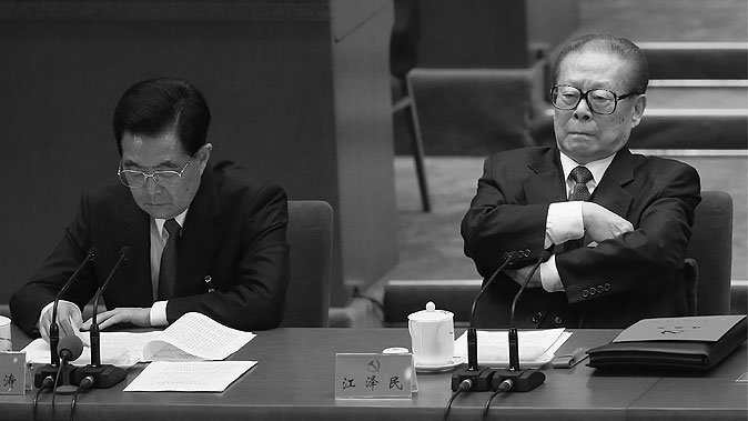 Бывший лидер Китая Цзян Цзэминь (справа) на заключительном заседании XVIII съезда коммунистической партии Китая, Пекин, 14 ноября 2012 года. Цзян считается подстрекателем Бо Силая и Чжоу Юнкана, планировавших переворот. Фото: Feng Li/Getty Images