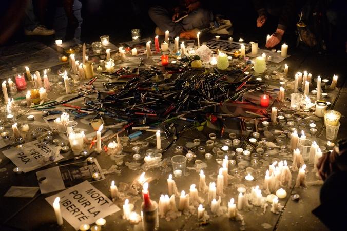 На площади Республики люди ставят свечи в память погибших журналистов редакции  сатирического журнала Charlie Hebdo, Париж, 7 января, 2014 год. Фото: Aurelien Meunier/Getty Images