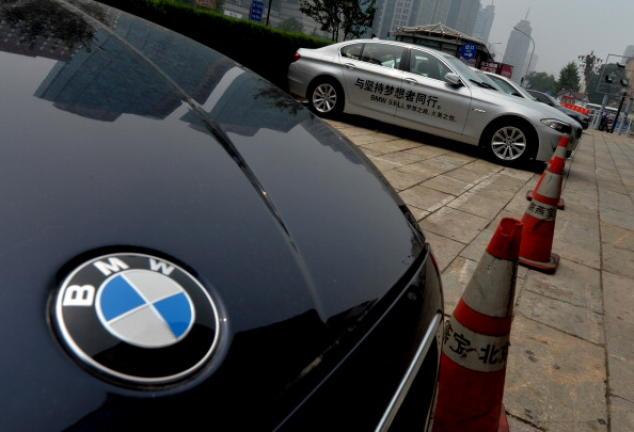 Автомобиль BMW 5-й серии припаркован у дилерского центра в Пекине 6 августа 2013 года. Фото: MARK RALSTON/AFP/Getty Images