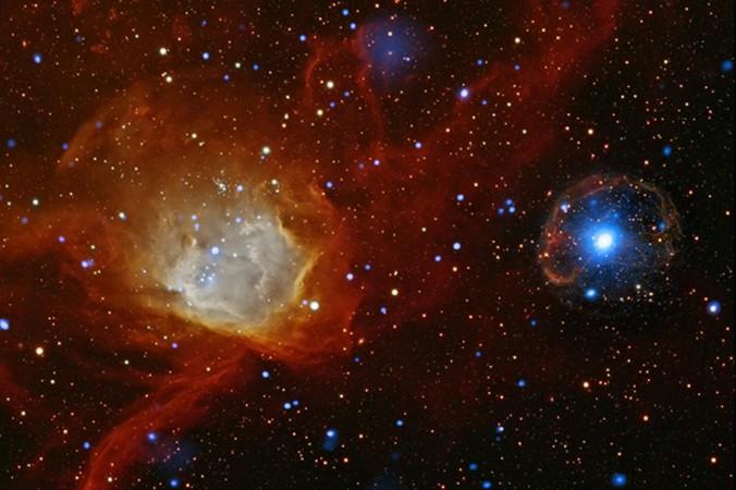Пульсар SXP 1062 ― яркое белое пятно справа с голубым излучением. Фото: NASA/CXC/Univ. of Potsdam/L. Oskinova et al.