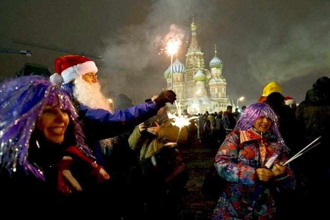 Новый год на Красной площади в Москве. Фото: NATALIA KOLESNIKOVA, ANDREY SMIRNOV, KIRILL KUDRYAVTSEV / Getty Images