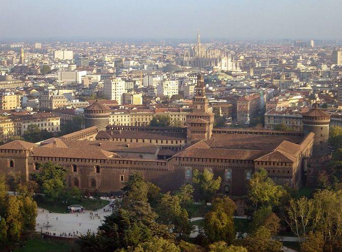 Милан. На первом плане замок Сфорца. Фото: ru.wikipedia.org