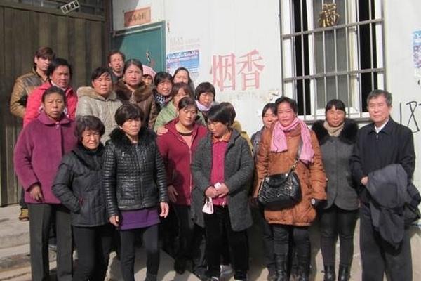 Чэнь Бинчжун (справа) вместе с петиционерами из провинции Хэнань. 2014 год. Фото предоставил Чэнь Бинчжун