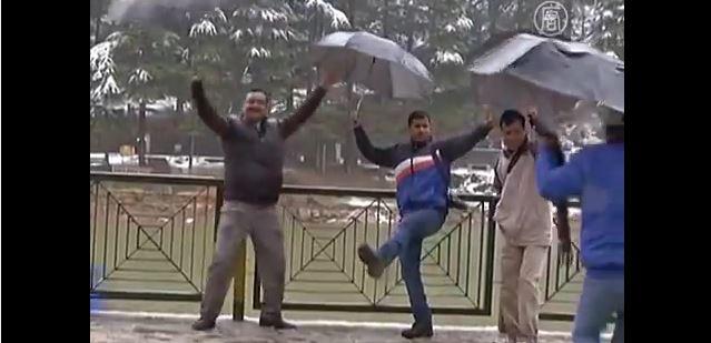 В Дхарамсале пошёл долгожданный снег (видео)
