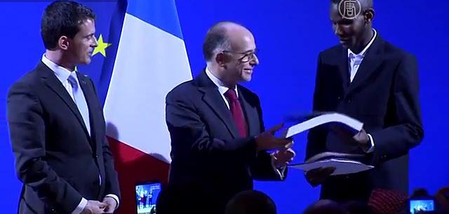 Малийца, который спрятал людей во время атаки на кошерный магазин в Париже, назвали героем и дали ему французское гражданство. Скриншот видео