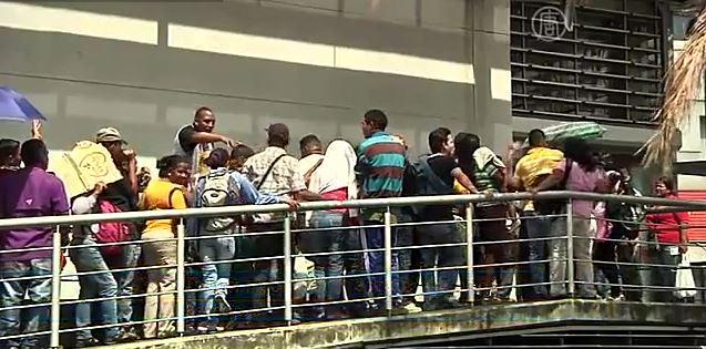 Новый «бизнес» в Венесуэле: продажа мест в очередях (видео)
