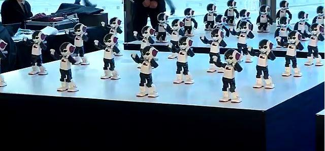 В унисон станцевали 100 роботов высотой в 34 сантиметра и весом в один килограмм каждый. Скриншот видео