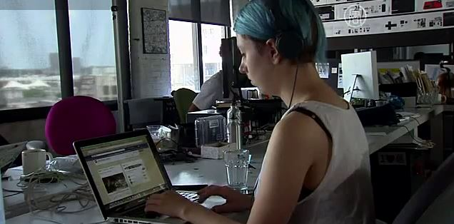 Более дешёвый доступ к данным в Интернете - это критически важно для пяти миллиардов человек в мире, которые могут получить пользу от революции цифровых технологий. Скриншот видео