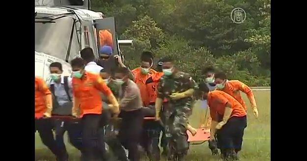Тела 34 жертв авиакатастрофы AirAsia доставлены в Сурабаю  (видео)