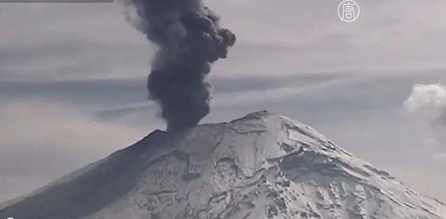 Вулкан Попокатепетль усыпал пеплом деревню (видео)