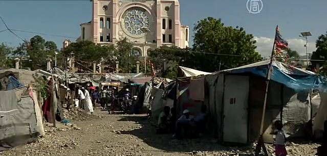 Гаити: 5 лет после землетрясения люди живут в палатках (видео)