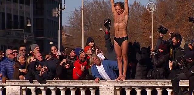 Итальянцы встретили Новый год прыжками в Тибр (видео)