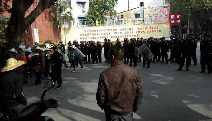 Во время стычки с полицией в Китае пострадали десятки человек