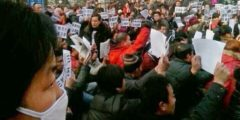 В Китае сотни людей на коленях обращаются к чиновникам