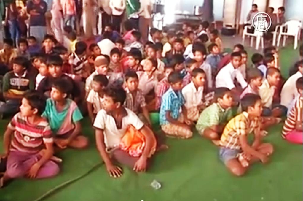 Полиция Индии вызволяет детей из рабского труда. Скриншот видео