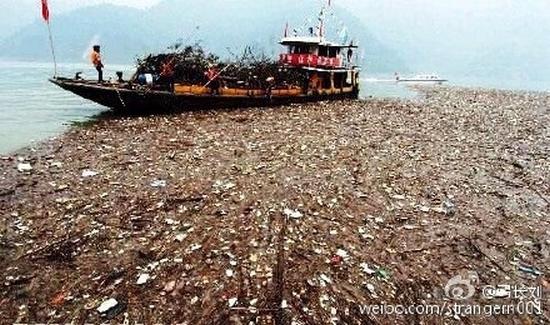 Тысячи тонн мусора возле плотины Санься на реке Янцзы. Фото с epochtimes.com