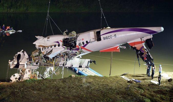 В Тайване упал в реку самолёт с пассажирами