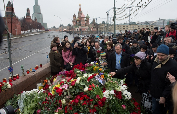 Место расстрела лидера оппозиции Бориса Немцова, центр Москвы, рядом с кафедральным собором Василия Блаженного, 28 февраля, 2015 год. Фото: DMITRY SEREBRYAKOV/AFP/Getty Images