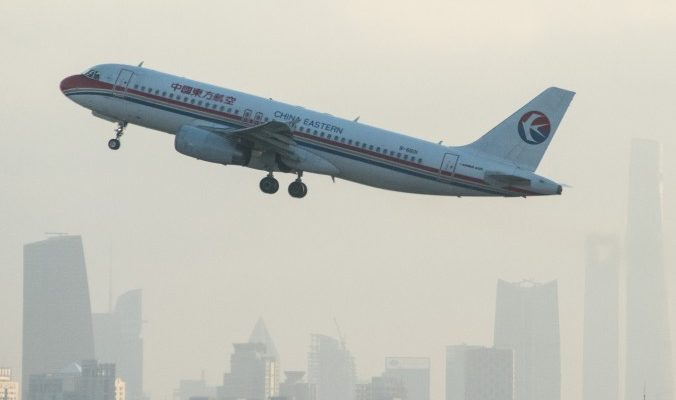 Китай покидает в два раза больше иностранцев, чем приезжает