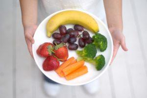 Перекус ― это не обед, поэтому контролируйте порции. Фото: Howard Shooter/Thinkstock
