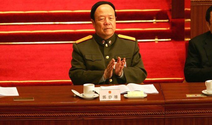 Китайский военачальник получал откаты за оружие и взятки за звания