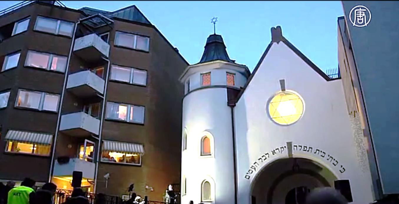 Более тысячи норвежских мусульман сформировали живое кольцо вокруг синагоги в Осло. Скриншот видео: Телеканал NTD