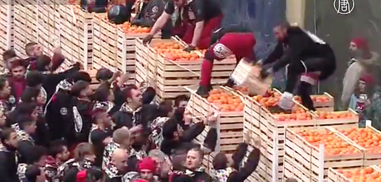 Для мероприятия из Сицилии привозят около 500 тонн апельсинов. Скриншот видео