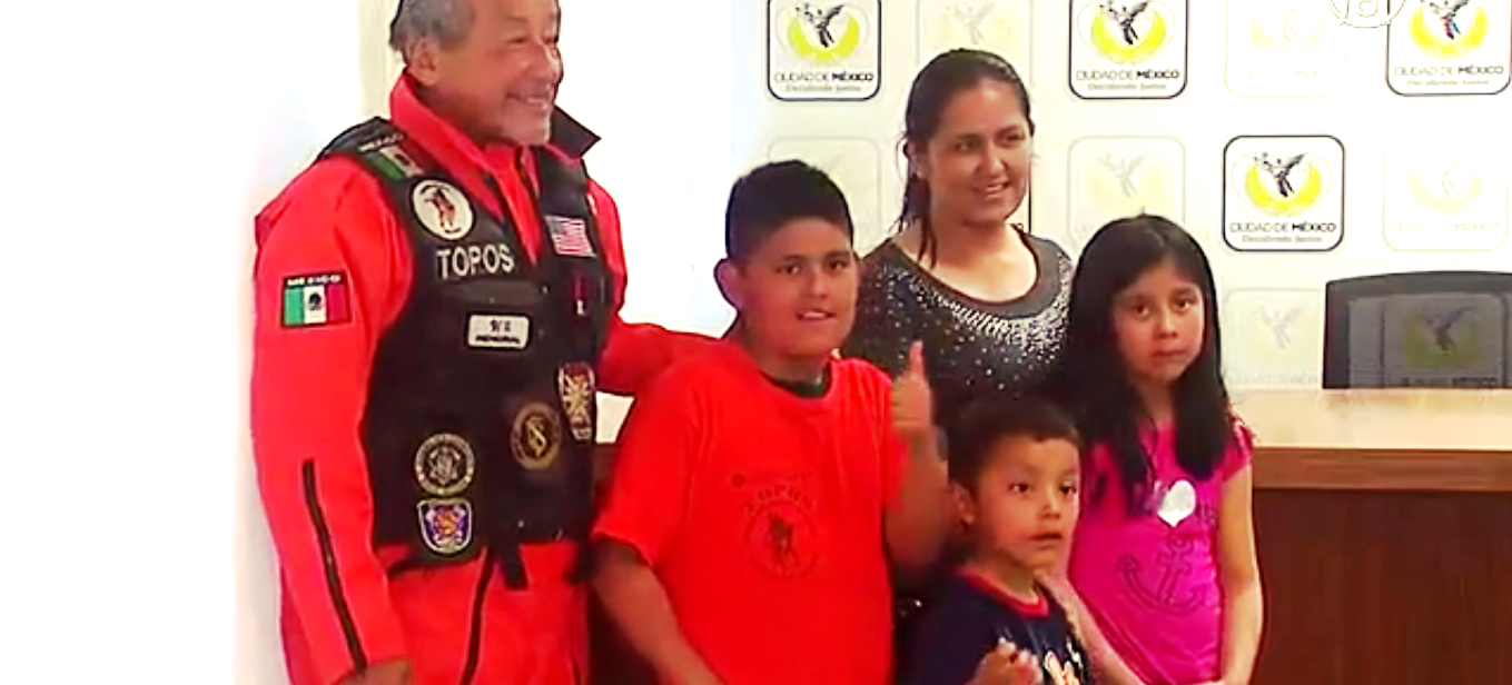 Смелого 10-летнего мальчика из города Мехико назвали героем. Скриншот видео