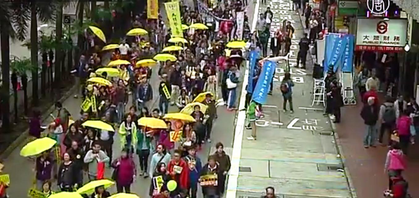 Около 12 тысяч человек шествовали по деловым и торговым кварталам города. Скриншот видео