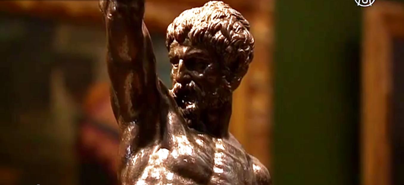 Бронзовые скульптуры двух мужчин, оседлавших пантер, созданы Микеланджело. Скриншот видео