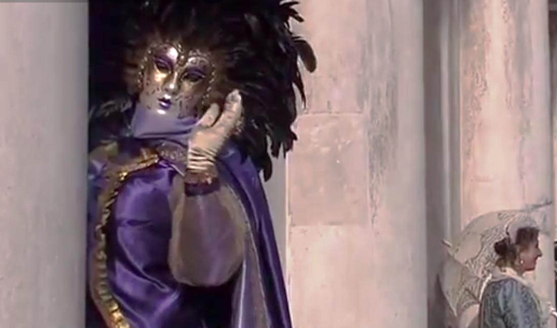 Венецианский карнавал впервые прошёл в XI веке и стал ежегодным. Скриншот видео