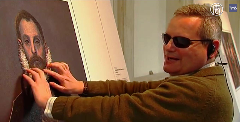 Копии работ великих художников незрячие могут «осматривать» при помощи рук. Скриншот видео: Телеканал NTD