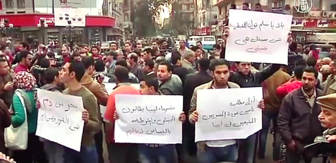 В Каире тем временем сотни египтян-коптов вышли с протестом против убийства христиан. Скриншот видео