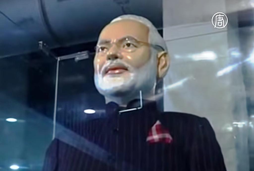 В Индии выставлен на торги нашумевший костюм премьер-министра Нарендры Моди. Скриншот видео: Телеканал NTD