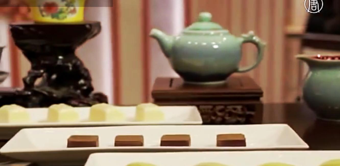 Традиционное китайское чаепитие всё чаще не обходится без такого западного лакомства, как шоколад. Скриншот видео