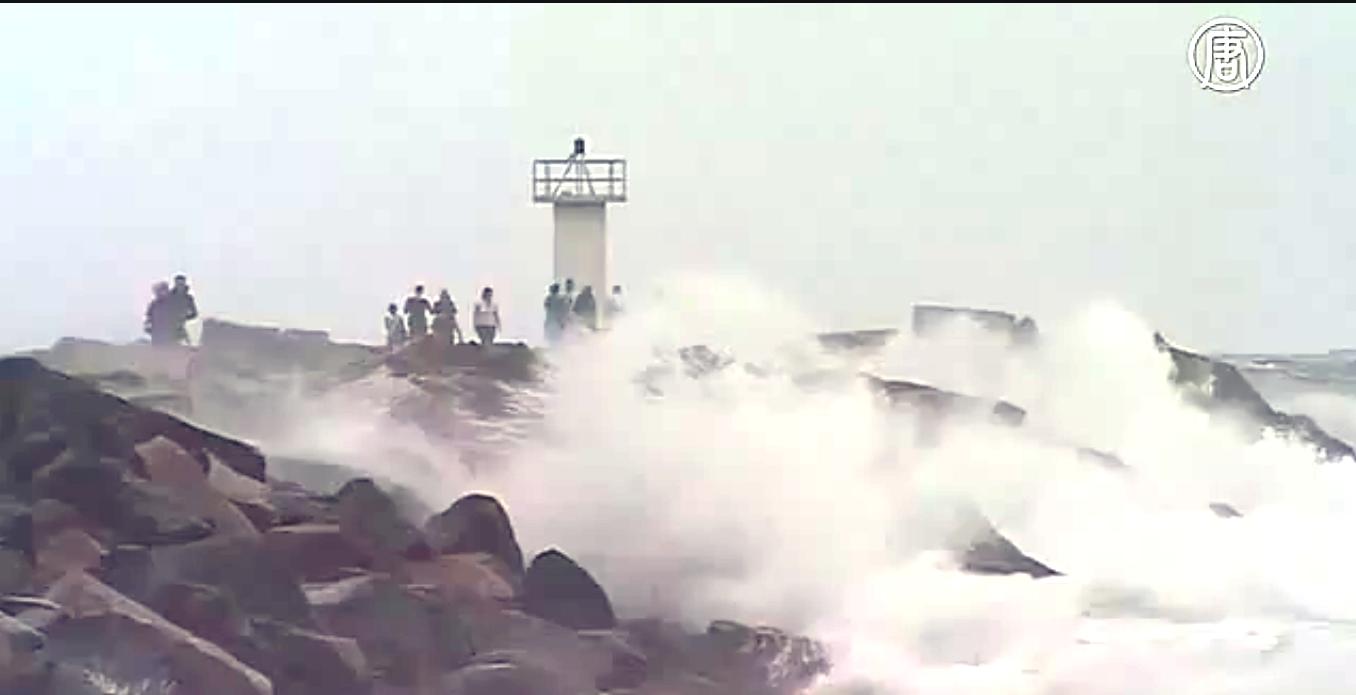 В пятницу на Австралию с разных сторон обрушились сразу два мощных шторма. Скриншот видео: Телеканал NTD