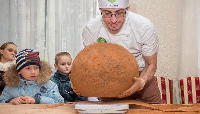 Огромный шоколадный трюфель стал украшением Масленицы в Рязани