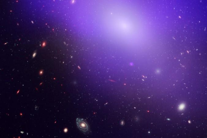 Изображение эллиптической галактики NGC 1132, полученной при помощи телескопа «Чандра». Голубое/фиолетовое сияние на фото ― это рентгеновское излучение, исходящее от горячего рассеянного газа, который не формируется в звёзды. Фото: NASA, ESA, M. West [ESO, Chile], and CXC/Penn State University/G. Garmire, et al.