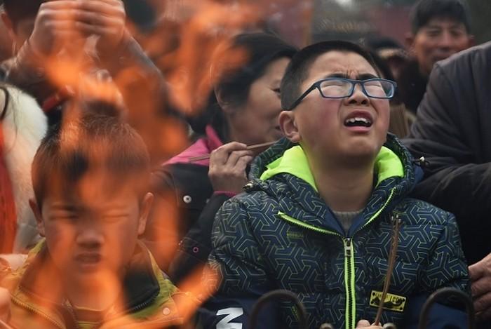 Новогодние возжигания благовоний и молитвы. Китай. Февраль 2015 года. Фото: AFP/Getty Images