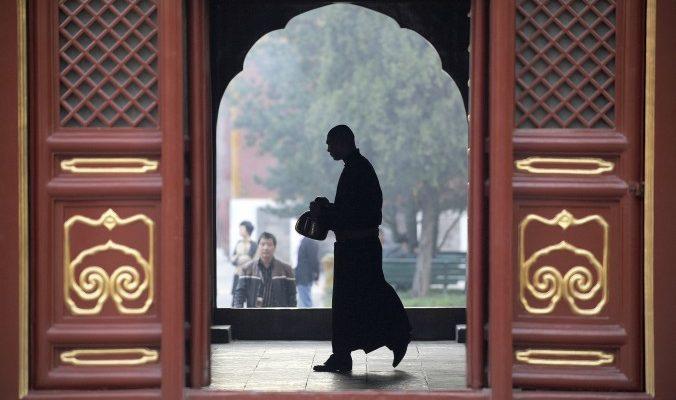 Члены компартии Китая обращаются к монахам за советами