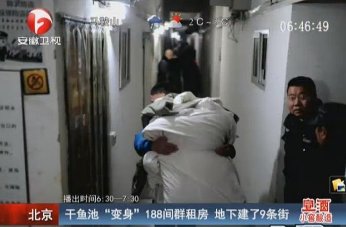 Постоялец выносит свои вещи из незаконно построенного подземного района. Пекин. Январь 2015 года. Фото с epochtimes.com