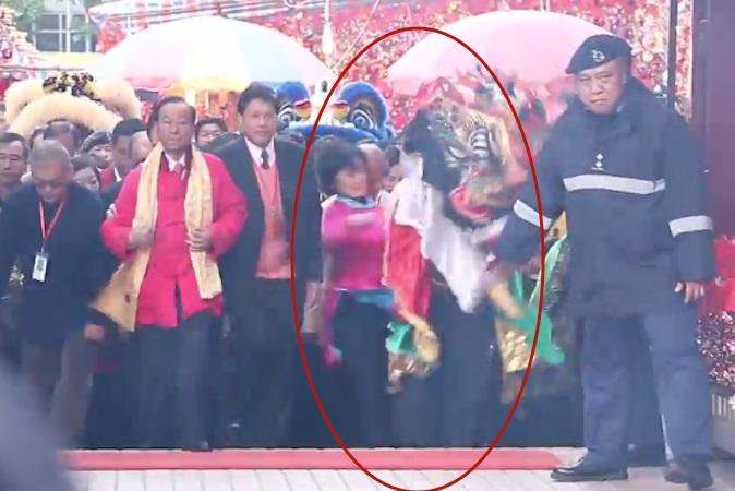Пропекинский депутат Регина Ип отлетает после толчка «Цилиня» в храме Чхе Кхун Миу, Гонконг, 20 февраля 2015 года. Фото: Youtube/epochhk.com
