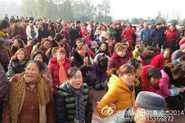 Пострадавшие вкладчики разорившихся компаний, просят власти помочь им вернуть деньги. Город Суйнин провинции Сычуань. Февраль 2015 года. Фото с weibo.com