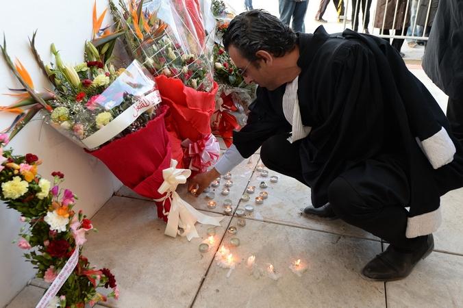 В память погибших в теракте в Национальный музей Бардо в Тунисе люди несут цветы и свечи, 19 марта, 2015 год. Фото: FADEL SENNA/AFP/Getty Images