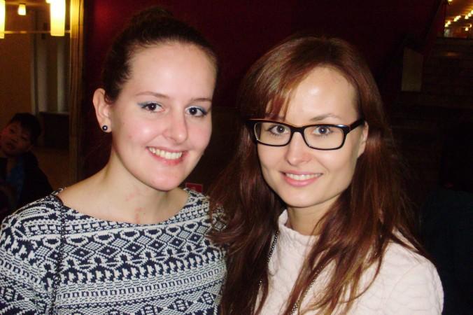 Диана (справа) и Камилия Вырослак на концерте Shen Yun в Большом театре Лодзи, Польша, 8 марта 2015 г. Фото: Peter Sanftman/Epoch Times
