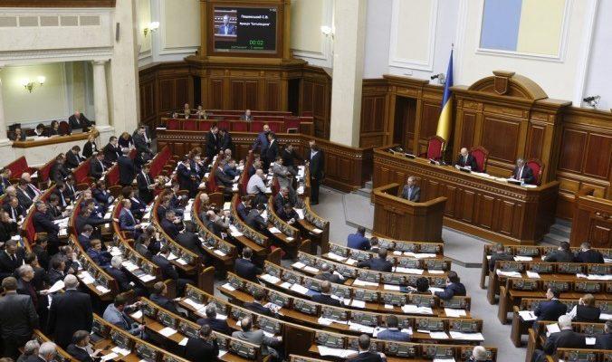 Депутаты Рады блокируют трибуну с требованием отставки Арсения Яценюка